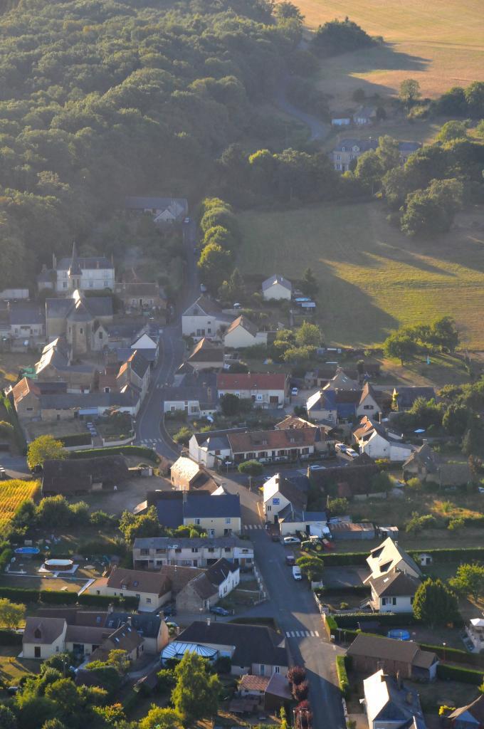 Le bourg de Lavardin vu depuis une montgolfière -sept 2013